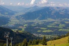 De kabelwagen van Kitzbuhelerhornbahn met mening van vallei, bergen, S Royalty-vrije Stock Afbeeldingen