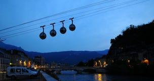 De kabelwagens van het gebied bij zonsondergang stock foto's