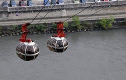De kabelwagens van het gebied over de rivier Isere stock foto