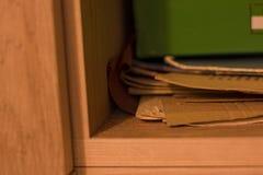 De kabinetsomslag knoeit de kinderen van de de dagschool van de plankenochtend stock foto