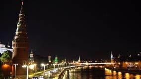 De kade van de Moskvarivier en het verkeer voor de muren van het Kremlin in de avond UHD - 4K moskou Rusland stock video