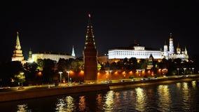 De kade van de Moskvarivier en het verkeer voor de muren van het Kremlin in de avond UHD - 4K moskou Rusland stock videobeelden
