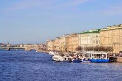 De Kade van het paleis in St. Petersburg stock afbeelding
