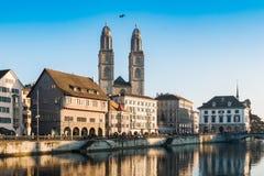 De Kade van de Limmatrivier en Grossmunster-Kerk in Zürich, Zwitserland royalty-vrije stock foto