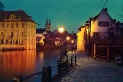 De kade van Regnitz en Keizerkathedraal in Bamberg Royalty-vrije Stock Afbeeldingen