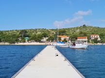 De kade voor jachten in een baai in Kroatië stock afbeelding