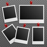 De kaders van fotopolaroid op muur in bijlage met spelden Beeldverhaal polair met harten Royalty-vrije Stock Afbeeldingen