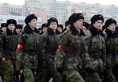De kadetten van de de Kadetkorpsen van Moskou Petrovsky treffen voor de parade op 7 November op Rood Vierkant voorbereidingen Stock Afbeelding