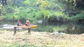 De kajak of de kano van de reizigerspeddel in ochtend stock footage