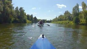 De kajak drijft de rivier stock videobeelden
