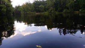 In de kajak op het meer stock footage