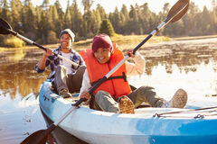 De Kajak van vaderand son rowing op Meer stock fotografie