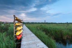 De kajaks bevinden zich klaar op de kust van Noord-Carolina stock afbeeldingen