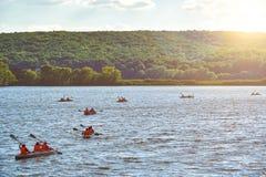 De kajaks die op de rivier de zon drijven glanst royalty-vrije stock foto