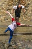 De kale mensen dansen met nat meisje Stock Fotografie