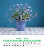 De kalender April 2018 van de ontwerppagina boeket van vergeet-mij-nietjes op Th Stock Afbeeldingen