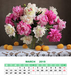 De kalender Maart 2018 van de ontwerppagina Roze en Witte Pioenen Bloemen Stock Afbeelding