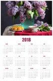 De kalender van de bladmuur voor 2018 met een boeket van seringen Stock Fotografie