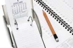 De Kalender van het bureau met Ontwerper en Potlood Stock Foto's