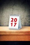de kalender van 2017 op bureau Stock Fotografie