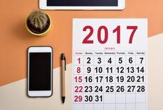 de kalender van 2017 op een bureau Stock Afbeelding