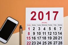 de kalender van 2017 op een bureau Stock Afbeeldingen