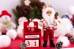 De kalender van Santa Claus en van het Nieuwjaar ` s op 31 December op backgr Royalty-vrije Stock Foto's