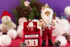 De kalender van Santa Claus en van het Nieuwjaar ` s op 31 December op backgr Stock Foto