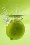 De kalk die van Nice in water vallen Groene Achtergrond Stock Afbeeldingen