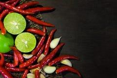 De Kalk en de Spaanse pepers van het ingrediëntenknoflook op Donkere Houten close-up Stock Fotografie