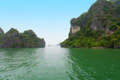 De kalksteenrotsen in Ha snakken Baai, noordelijk Vietnam Stock Foto's