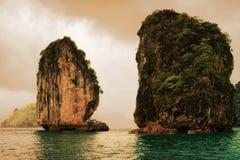 De kalksteenrotsen op Ha snakken Baai Vietnam stock afbeeldingen