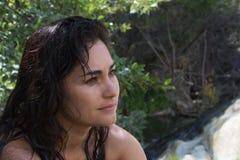 De kalme ernstige zekere aantrekkelijke Spaanse Spaanse Mexicaanse vrouw van Amerika in aard royalty-vrije stock foto's