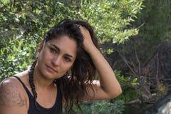 De kalme ernstige zekere aantrekkelijke Spaanse Spaanse Mexicaanse vrouw van Amerika in aard royalty-vrije stock foto