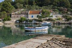 De kalme kustscène van de de zomerochtend met het kleurrijke houten overzees van bootonazure stock afbeelding