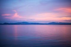 De kalme scène van de avondzonsondergang bij het water in Golfo Aranci, Sardinige, Stock Foto