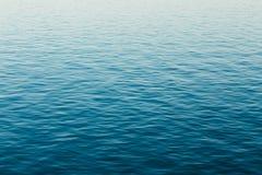 De kalme van de Overzeese Oceaanachtergrond Rivieroppervlakte Stock Foto's