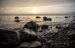 De kalmte van de de zonsondergangmeditatie van het steenstrand royalty-vrije stock afbeelding