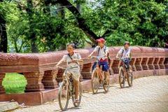 De kambodjanska skolpojkarna Royaltyfri Fotografi