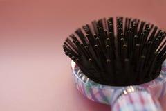 De de kamborstel van de haarmassage met handvat voor alle types op roze pastelkleur kopieert ruimteachtergrond Minimalisticstijl stock foto
