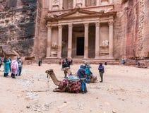 De kamelen liggen op de grond en rusten en wachten op toeristen in het vierkant voor al-Khazneh in Petra dichtbij Wadi Mu royalty-vrije stock afbeeldingen