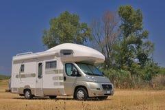 De kampeerauto parkeerde in een platteland Royalty-vrije Stock Fotografie