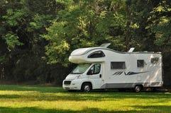De kampeerauto parkeerde in een platteland Royalty-vrije Stock Afbeelding