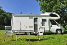 De kampeerauto parkeerde in een platteland Stock Foto