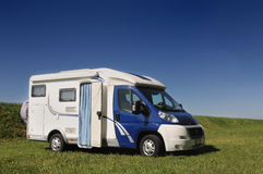 De kampeerauto parkeerde in een platteland Stock Afbeelding