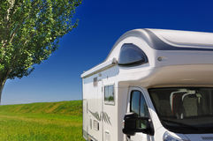 De kampeerauto parkeerde in het platteland Royalty-vrije Stock Afbeeldingen