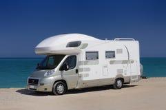 De kampeerauto parkeerde op het strand stock foto's