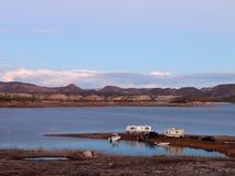 De kampeerauto's en de Boten parkeerden op Meer Prettige Oever stock foto