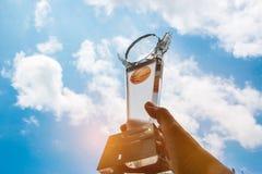 De kampioen overhandigt opgeheven en toont de holdings lichte trofee, succesvol Stock Foto