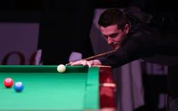 De Kampioen van de snookerwereld, Mark Selby-spelen vriendschappelijke toernooien in Boekarest royalty-vrije stock foto